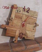 Orologio rustico asimmetrico con legno grezzo