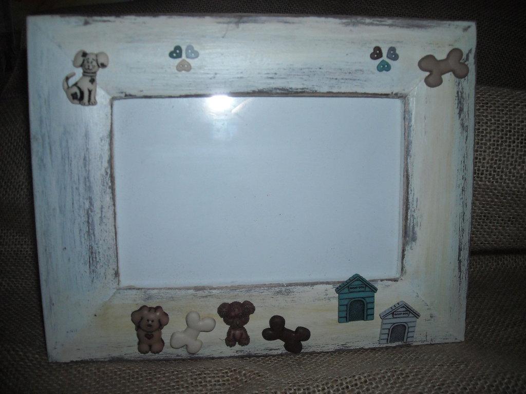 Cornice portafotografie bianca,in legno, con miniature cani