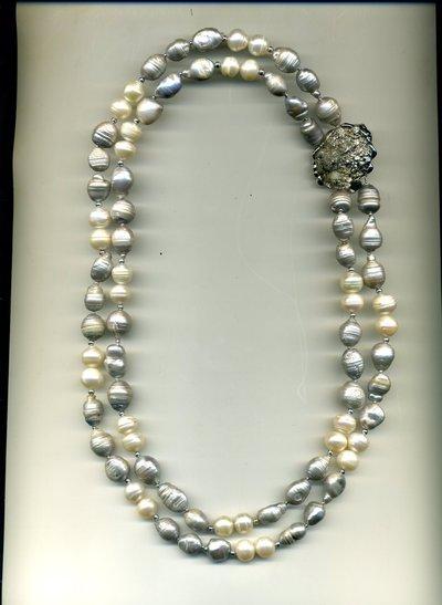 Collana a 2 fili con grandi perle baroocche grigie e bianche e importante chiusura in pirite grezza