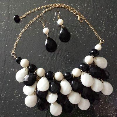 Collana gocce bianche e nere + orecchini abbinati