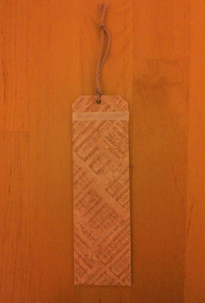 Segnalibro cartoncino vintage con spartiti musicali scrapbooking nastro seta bianco