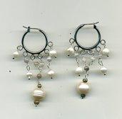 Orecchini pendenti 'alla zingara' con perle bianche d'acqua dolce