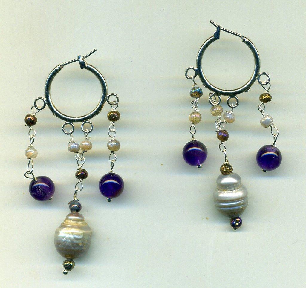 Orecchini pendenti a cerchio 'alla zingara' con perle a pera e ametiste
