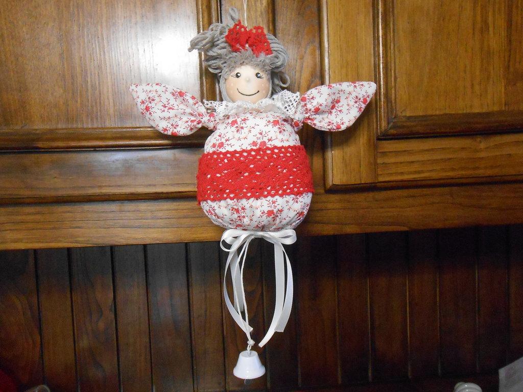 Decorazione di natale d'appendere , bambolina in tessuto rosso con campanella, idea regalo.