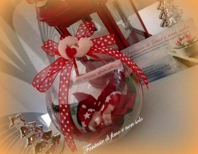 Bebè natalizio con sfera