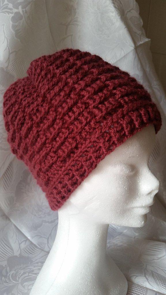 Berretto di lana fatto a mano all'uncinetto color bordeaux