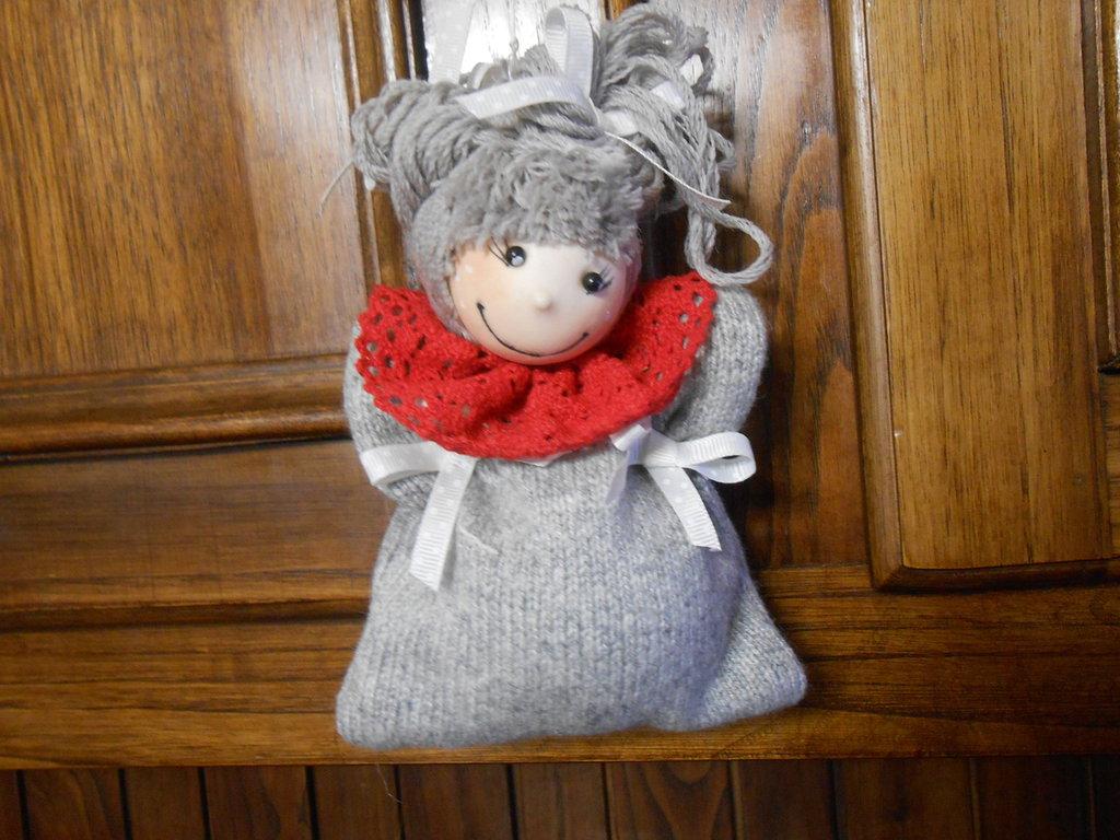 Decorazione per  albero di natale a forma di angioletto in tessuto grigio , idea regalo.