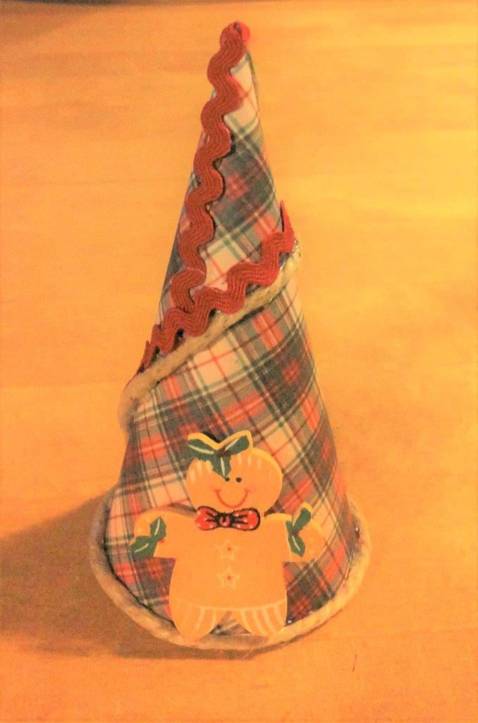accessorio decorazione albero di natale in cartoncino fantasia scozzese decorato con nastro zig zag rosso e omino gingerbread in legno