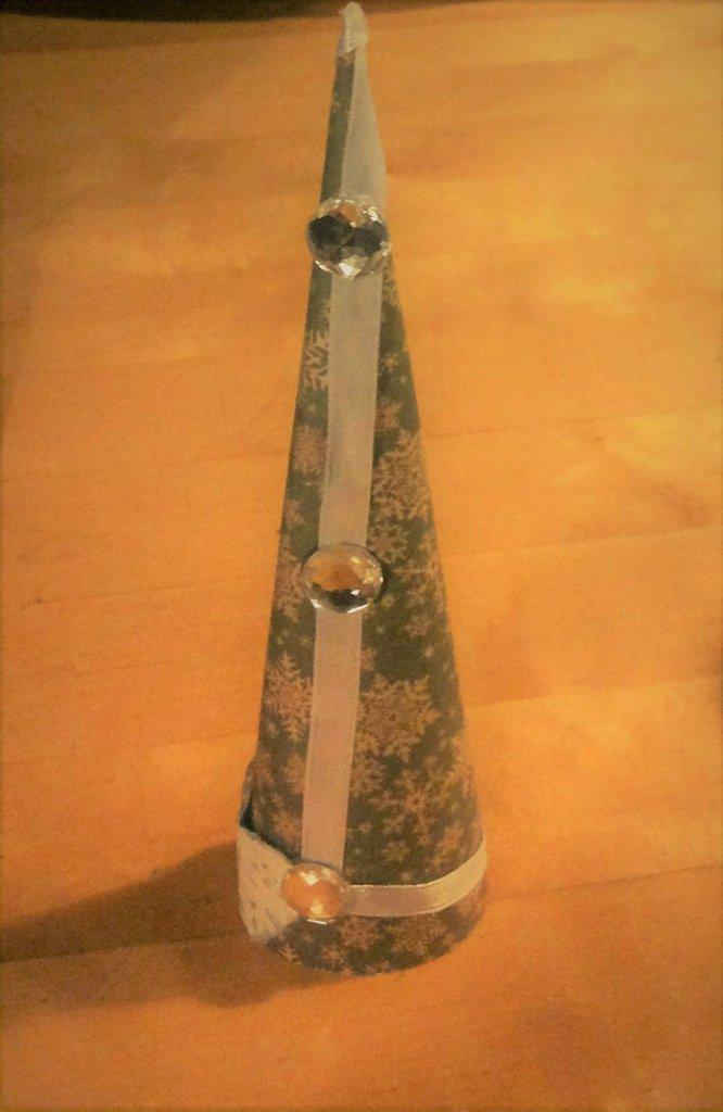 accessorio decorazione albero di natale fatto a mano in cartoncino verde decorato con pizzo carta nastro seta bianco e cristalli