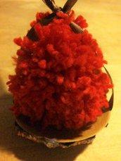 addobbo natalizio alberello di natale pon pon rosso su piattino decorato con foglia glitter marrone e nastro seta marrone