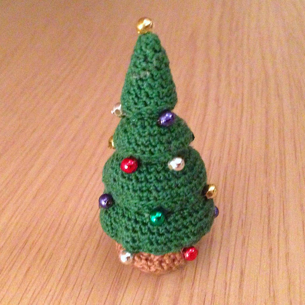 Mini albero di Natale amigurumi con perline, fatto a mano all'uncinetto