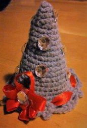 Albero di natale fatto a uncinetto con filato di lana grigio e decorato a mano con nastro rosso e cristalli