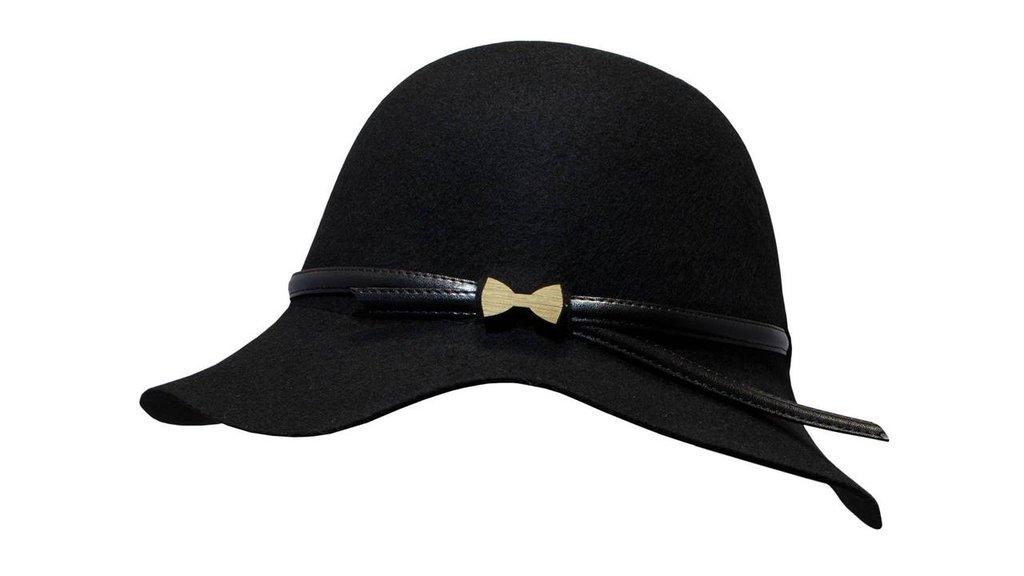 Cappello in feltro modello LADY BLACK con farfalla in legno di rovere