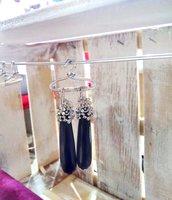 Orecchini a goccia lunga in ottone argentato e onice nera