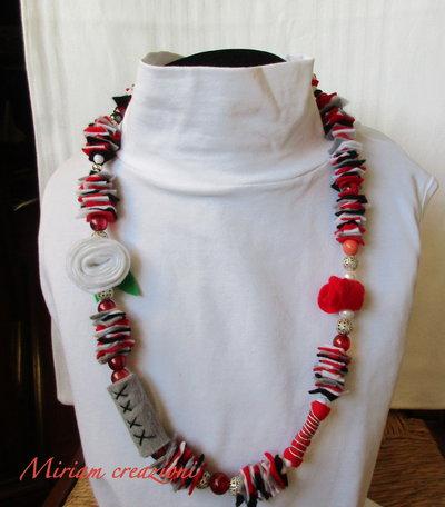 Collana coloratissima con pannolenci e perle