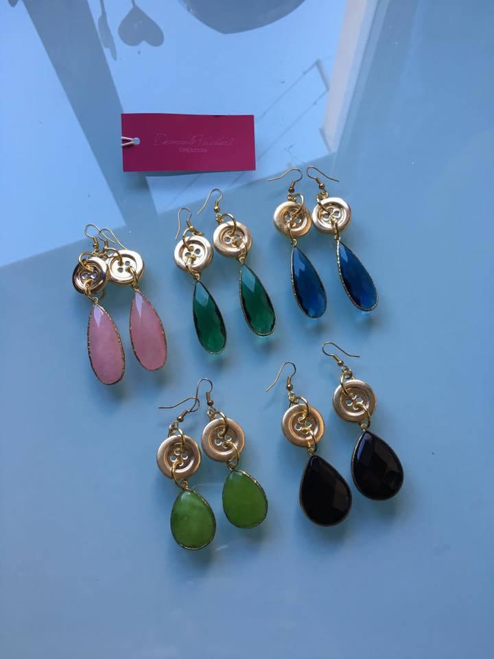 orecchini con bottoni dorati