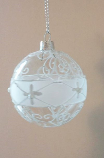 Palla di Natale in vetro decorata con glitter bianco-argento e perline