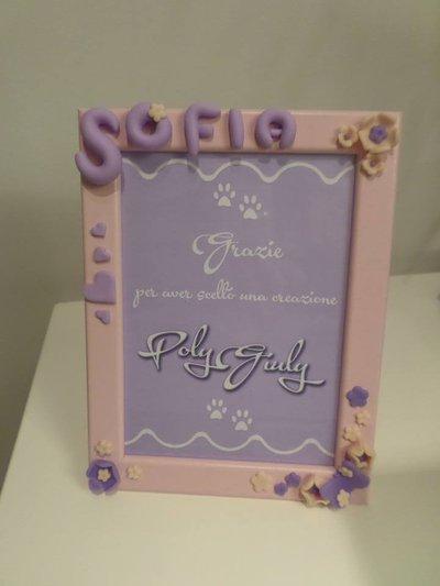 Cornice foto 13x18 rosa con nome bimba; fiori, cuori e farfalla viola e rosa in fimo personalizzabile
