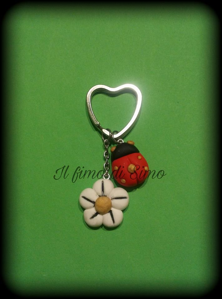 portachiavi fiore e coccinella in pasta polimerica