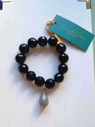 Bracciale perle sfaccettate nere e goccia grigia