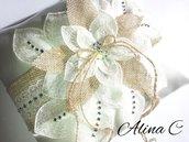 Cuscino portafedi in raso, nastro in iuta, fiore in organza ricamato e strass, sposa, matrimonio,avorio,shabby chic