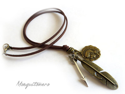 Collana in pelle da uomo Gladiatore con piuma e freccia in metallo colore argento e bronzo