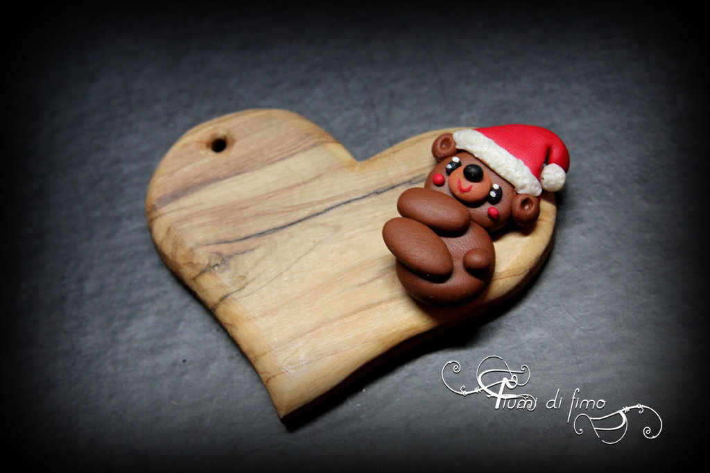 cuore legno| ciondolo portachiavi| ciondolo cuore| ciondolo legno fimo| orsetto fimo|cuore e orsetto| addobbo natalizio| addobbo albero