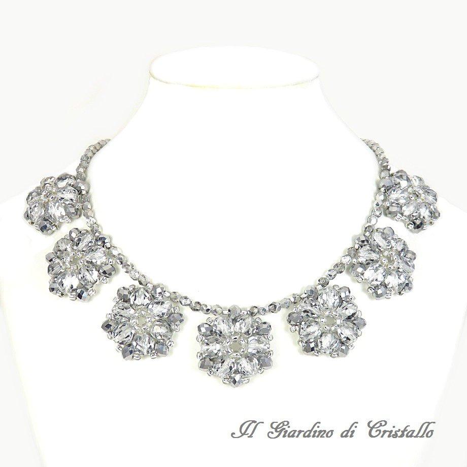 Collana girocollo con fiori argento in mezzo cristallo e cristalli fatta a mano - Peonia