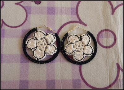 Orecchini a cerchio realizzati all' uncinetto con fiori blu e bianchi + amigurumi