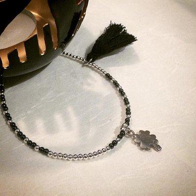 Bracciale pepite palline argento 925, pietra dura hematite, charm quadrifoglio argento 925, nappina nera