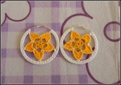 Orecchini a cerchio realizzati all' uncinetto con fiori gialli e bianchi + amigurumi