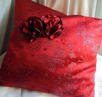 Cuscino rosso e argento con fiori