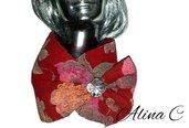 Sciarpina scaldacollo RedRose in lana cotta, rosso scuro e fiori, cucita a mano con spilla decorativa in madreperla