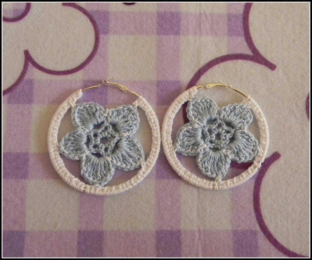 Orecchini a cerchio realizzati all' uncinetto con fiori celesti e bianchi + amigurumi