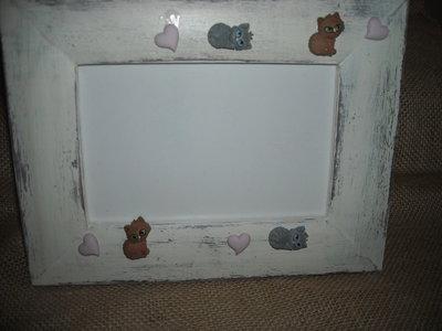 Cornice portafotografie bianca, in legno, con miniature di gatti