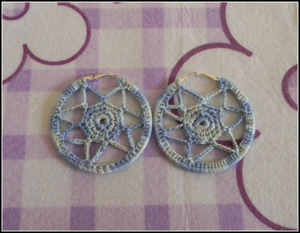 Orecchini a cerchio realizzati all' uncinetto con fantasia a cerchio celesti e azzurri + amigurumi