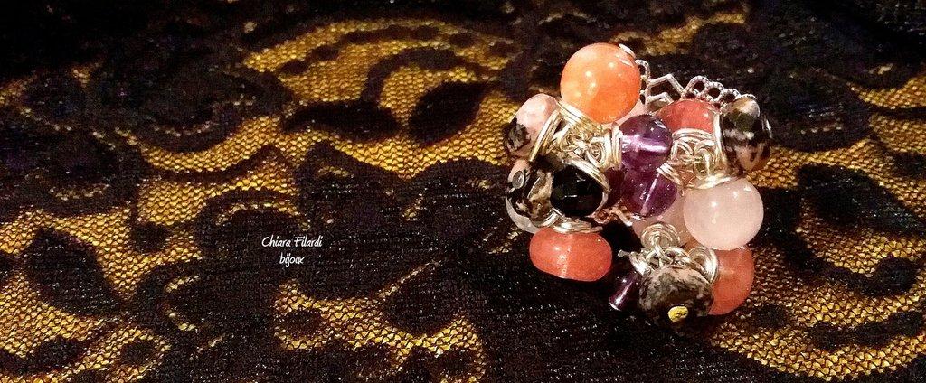 Anello in ottone color argento e pietre naturali