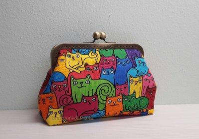 Borsellino con chiusura metallica e stampa gatti coloratissimi