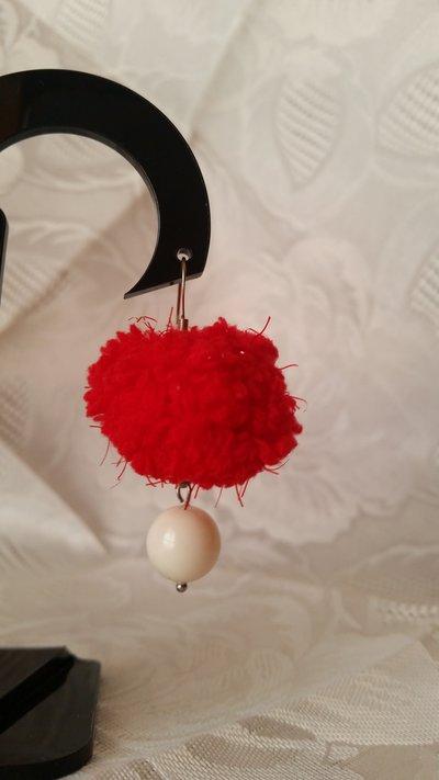 """Orecchini pendenti con """"fluffy"""" rosso e perla Swarovski"""