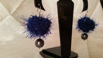 """Orecchini pendenti con """"fluffy"""" blu e perla Swarovski"""