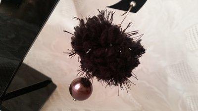 """Orecchini pendenti con """"fluffy"""" nero e perla Swarovski"""