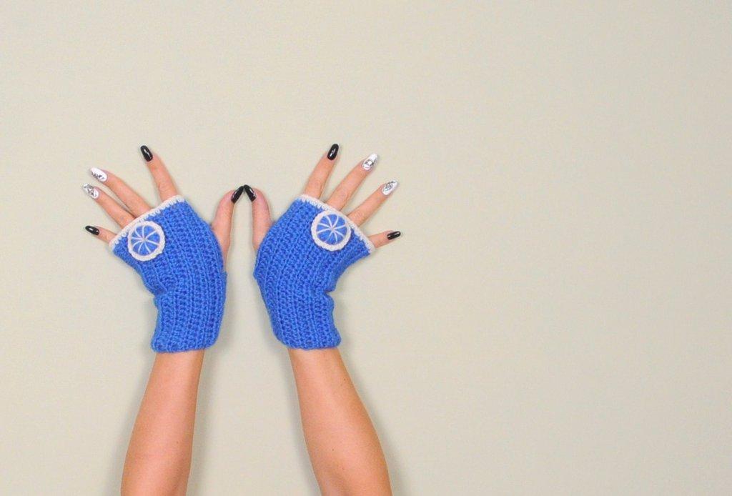 Guanti senza dita lavorati ad uncinetto, colore blu e bianco, accessorio donna, abbigliamento inverno