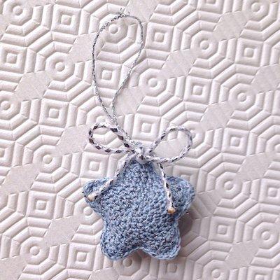 Stellina amigurumi azzurra per l'albero di Natale, fatta a mano all'uncinetto