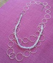 Collana lunga con catena argentata anelli e cristalli