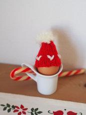 Mini CAPPELLO a maglia per  BABBO NATALE.Versione copriouvo con pon pon ,decorazione per l'albero,un pacco dono ,la tavola (segnaposto).Dono per ospiti