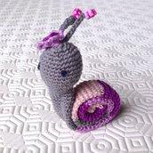 Lumaca amigurumi grigia e rosa con cappellino, fatta a mano all'uncinetto