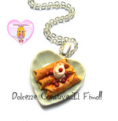 Collana Piatto cuore in ceramica con crepes - crespelle - handmade panna e ciliegie - amarene