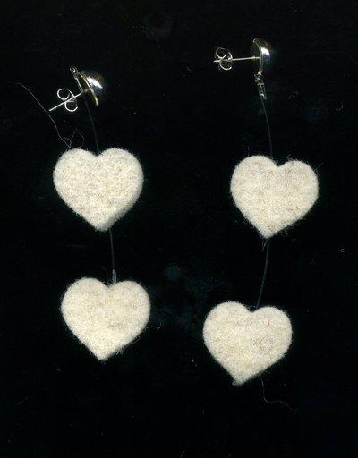 Orecchini pendenti con cuori bianco sporco in feltro