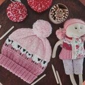 Baablehat, simpatico cappellino rosa in lana, lavorato ai ferri, senza cuciture.