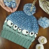 Baablehat, simpatico cappellino unisex, in lana, lavorato ai ferri, senza cuciture.